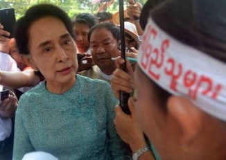 Aung San Suu Kyi listens to protestors recounting how their lands were confiscated. (PHOTO: DVB)